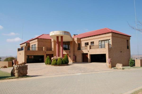 9 bedroom security estate home for sale in Bronkhorstbaai