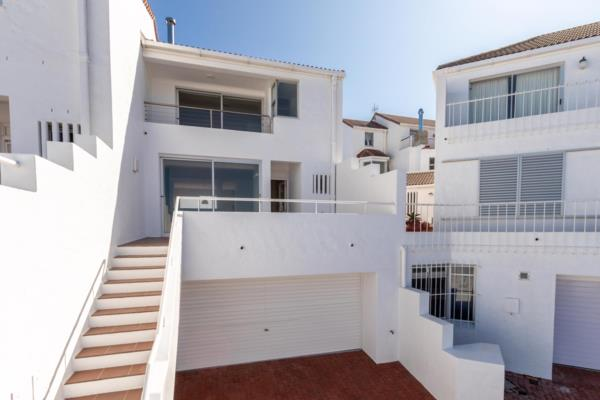 3 bedroom townhouse for sale in Bloubergstrand