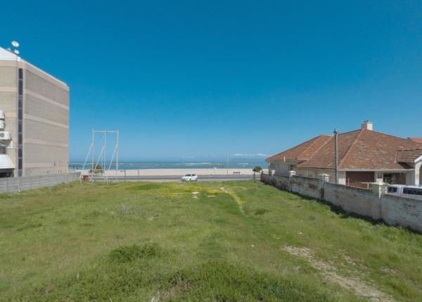 1070 m² vacant land for sale in Strand South